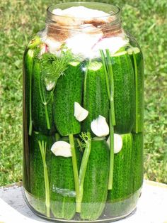 Kovászos uborka kezdőknek - lépésről lépésre - www.kiskegyed.hu Hungarian Cuisine, Hungarian Recipes, Food 52, Diy Food, Veggie Recipes, Cooking Recipes, Kefir, No Bake Cake, Preserves