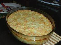2 batatas cortadas em cubinhos - 1 cenoura grande ou 2 pequenas em cubinhos - 1 chuchu grande em cubinhos - 100 g de vargem cortada em pequenos pedaços - 1 cebola ralada - 2 ovos separados (gema sem pele e claras em neve) - 2 colheres (sopa) manteiga - 500 ml leite - 1 colher (sopa) de maisena - 1 colher (sopa) de trigo - 50 g de queijo parmesão - 1 pitada generosa de noz-moscada -