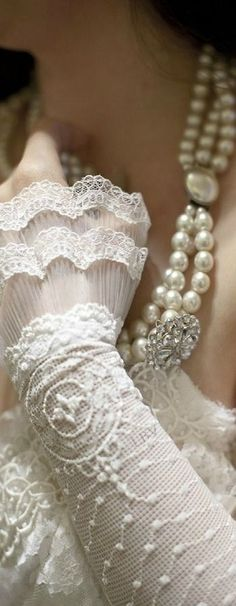 pearls and snowy white lace for a winter rhapsody. Robes Glamour, Parisienne Chic, Pearl And Lace, Linens And Lace, Shades Of White, Vintage Lace, Vintage Pearls, Pearl Jewelry, Ruffles