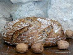 Nussbrote essen wir gerne. Dieses habe ich zum ersten Mal gebacken und selten, dass ein Brot die am Tisch Sitzenden so in Wallung gebracht ...
