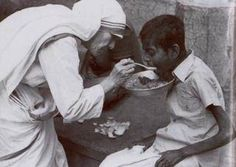 25 Photographs of Mother Teresa and Her Cult of Suffering Daily Quotes, Life Quotes, Rainbow Promise, Missionaries Of Charity, Mother Teresa Quotes, History Of India, Jesus Pictures, Spiritual Guidance, Verse Of The Day