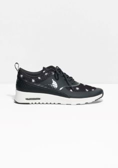 NIKE The Nike Air Max Thea Print has a lightweight cushioning and synthetic and leather overlays to provide support while remaining sleek and streamline. The tactile dot pattern adds to the contemporary vibe.