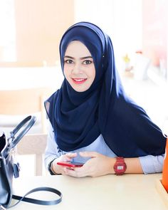 hijaber sexy #gadismuslimah Muslim Fashion, Hijab Fashion, Baggy Clothes, Turkish Fashion, Hijab Tutorial, Hijab Outfit, Big Fashion, Muslim Women, Dress Skirt