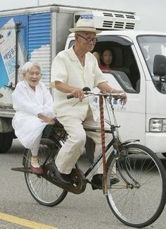 These 27 Old Couples Will Remind You What Love Is All About - Fahrrad Vieux Couples, Old Couples, Grow Old With Me, Velo Vintage, Growing Old Together, Old Folks, Old Love, Young At Heart, People Of The World