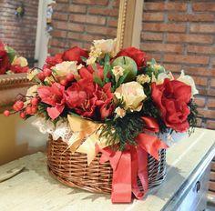 CESTONE Maria Luisa - PatriziaB.com Meravigliosa composizione di fiori artificiali, bacche e fogliame realizzata da Patrizia nelle calde tonalità del rosso e del giallo oro
