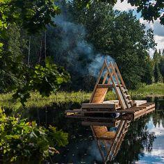 Cet été, un groupe d'étudiants de l'Académie d'Art d'Estonie a conçu et réalisé trois structures flottantes au cœur d'un territoire inondé en saison des forêts du sud du pays. Leurs architectures se sont adaptées aux contraintes d'un paysage en ...