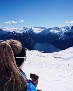 """125 likerklikk, 3 kommentarer – Stine Fivelstad🌿 (@stinefivelstad) på Instagram: """"Skia e lagt på hylla for dinne njudlege sesongen💁🏼 Varme vårdaga og eksamen i Oslo står for tur🌸…"""""""