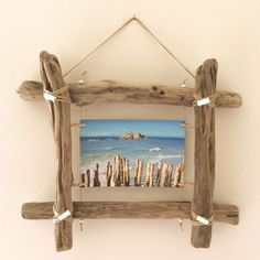 The perfect DIY decoration - driftwood ideasmake your own wall decor driftwood ideasDriftwood photo frame from Workshop: wall decoration .Driftwood photo frame from Workshop: wall decoration . from photograph driftwood from Driftwood Furniture, Driftwood Projects, Driftwood Ideas, Wooden Decor, Wooden Diy, Diy Wood, Driftwood Frame, Decoration Photo, Beach Crafts