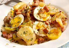 Předvařené brambory zalité smetanou a zapečené ve vrstvách spolu s uzeným bokem, cibulí a vejci uvařenými na tvrdo.