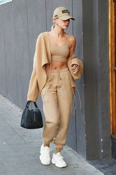 Hailey Baldwin in a beige look with a crop top, cardigan, sweatpants and white Yeezy 500 sneakers in Los Angeles on Feb. Celebrity Style Casual, Celebrity Outfits, Trendy Outfits, Celebrity Street Fashion, Sporty Chic Outfits, Summer Outfits, Sneakers Fashion Outfits, Celebrity Look, Girl Outfits