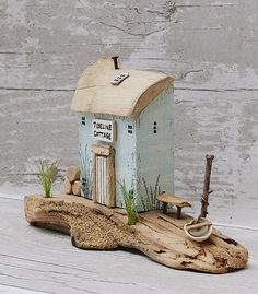 Small Wooden House, Wooden Cottage, Wooden Houses, Painted Driftwood, Driftwood Art, Sea Crafts, Wooden Crafts, Miniature Crafts, Miniature Houses