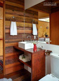 Chalés de madeira foram construídos com técnicas de arvorismo - A madeira se repete até no banheiro: bancada de garapeira, parede de cedrinho e piso de ipê.