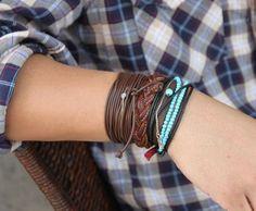 Pulseirismo: Combo de pulseiras em um mesmo pulso.