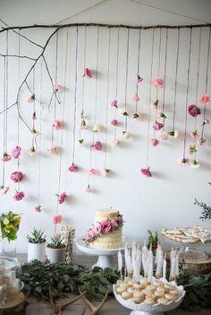 decoracao de cha de bebe mesa delicada com flores
