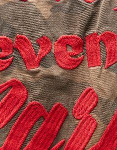 Cazadora denim camuflaje. Descubre ésta y muchas otras prendas en Bershka con nuevos productos cada semana