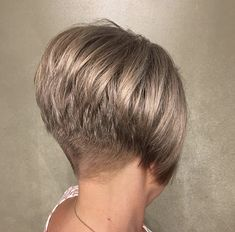 78 Bob and Lob Hairstyles That Will Make You Want Short Hair - Hairstyles Trends Wedge Bob Haircuts, Short Wedge Hairstyles, Short Stacked Bob Haircuts, Stacked Bob Hairstyles, Short Stacked Wedge Haircut, Short Stacked Bobs, Short Hair Back View, Short Thin Hair, Short Hair With Layers