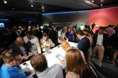 Tout le monde se bat pour prendre en main la #GalaxyTabS. #Fight #Galaxy #New #Samsung #Unpacked