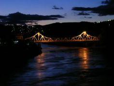 Vista noturna da Ponte Metálica, arquitetura inglesa, vinda para Cataguases, graças à riqueza trazida pelo café.