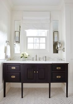 Vintage Interior Design Katie Emmons is a Charlotte Interior decorator and designer with 20 years of creating beautiful spaces. Interior, Modern Master Bathroom, Bathroom Decor Apartment, Decor Interior Design, Small Bathroom Decor, Bathroom Interior, Modern Interior, Bathrooms Remodel, Bathroom Decor