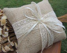 Confeccionadas com juta, fita de renda… Ring Pillow Wedding, Wedding Pillows, Ring Pillows, Throw Pillows, Hessian Wedding, Cushion Ring, Rings For Girls, Crochet Dolls, Cushion Covers