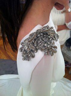 Bordados para vestidos novias. Bordados con piedras preciosas. Tocados y accesorios novias. Carmen Maria Mayz Vestido de Nacho Aguayo