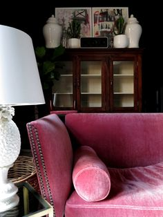 Chinoiserie Chic: Pink Velvet This dash of rich pink would cheer up a room quickly. Chinoiserie Elegante, My Living Room, Living Spaces, Knole Sofa, Sofas Vintage, Deco Baroque, Pink Sofa, Interior Decorating, Interior Design