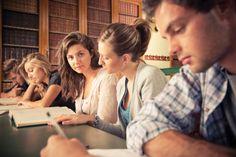São disponiblizados cursos de graduação e pós-graduação, palestras, mesas redondas, entre outros.