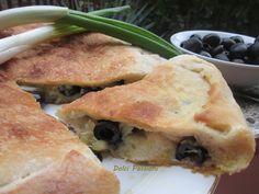 """Lo """"sponsale"""" è un bulbo non ingrossato di cipolla la cui produzione è di nicchia; spesso viene confuso con il porro ma sono due cose ben distinte, infatti lo """"sponsale"""" ha un sapore dolce e viene utilizzato molto nella cucina pugliese per innumerevoli preparazioni Spanakopita, Antipasto, Italian Recipes, Rolls, Healthy Eating, Chicken, Ethnic Recipes, Olive, Pane Pizza"""