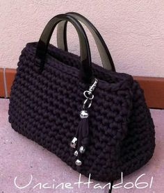 Bolso trapillo Mehr picture only Crochet bag from nylon thread Like the bag shape; idea for handles inspirasi utk tassel realy cute, easy look project / DIY Love this black bag! HAPPY påske til alle ! Uncinetto Shared by Career Path Design Simple but ch Crochet Diy, Love Crochet, Crochet Crafts, Diy Crafts, Crochet Handbags, Crochet Purses, Crochet Bags, Crochet Stitches, Crochet Patterns