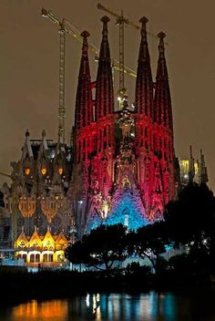 La Sagrada Família wishes us Merry Christmas with its special show! Creative lighting and poetry recitals on the 20th, 21st, 22nd and 23rd of December between 19:30 and 20:30. Do not miss it! -via Visit Barcelona