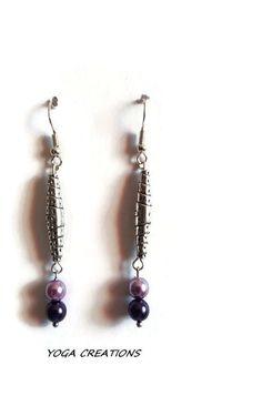 Boucles d'oreilles en perle tube en métal argenté et perles nacrées mauves : Boucles d'oreille par yogacreations