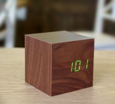 LED wood-effect alarm clock - Walnut Cube