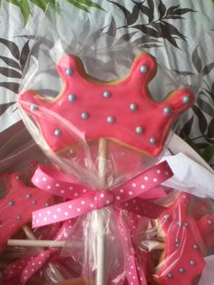 Wilton princess crown cookie on a stick. Crown Cookies, Sugar Cookies, Frosted Cookies, Decorated Cookies, Cookie Pops, Cookie Frosting, Disney Princess Birthday, Baby Princess, Princess Party