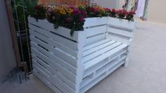 http://www.upcycleart.info/wp-content/uploads/2016/05/pallet-bench-with-planters.jpg