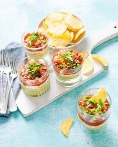 Eet je je tortillachips met guacamole, salsa of crème fraîche? Met deze verrassingsdip proef je ze allemaal - Recept - Allerhande