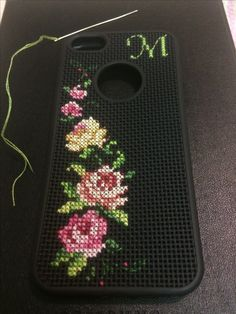 Casing Biscornu Cross Stitch, Mini Cross Stitch, Cross Stitch Borders, Cross Stitch Rose, Cross Stitch Flowers, Cross Stitching, Cross Stitch Embroidery, Cross Stitch Patterns, Crochet Phone Cases