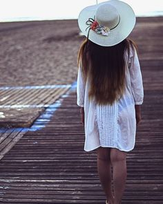 "80 aprecieri, 1 comentarii - Bianca.Teodorescu (@bianca.teodorescu) pe Instagram: ""#el_saler #Valencia #españa #beach #summervibes #bringmebackthesummer #sunrise #sunriselight…"" Passion, Poses, Portrait, Hats, Photography, Instagram, Valencia Spain, Photograph, Hat"