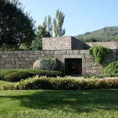 Casa em Brito | Topos Atelier de Arquitectura Ground Floor, Exterior, Cabin, Mansions, House Styles, Building, Places, Portugal, Garden