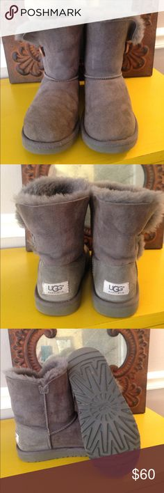 $ FIRM GOOD COND SHORT GRAY UGG BAILEY BOOTS SZ 6 PRICE FIRMThese short Gray UGG BAILEY BOOTS are in good condition but do show signs of wear as seen in pictures. Heels are not worn which is good and soles are in great condition! The toes have some minimal fraying, the inside sheep wool has some fluff to it but you can tell they have been worn for a season, the exterior suede is in good cond but does show some signs of wear. Overall boots are great...please tap one time on pics to zoom in…
