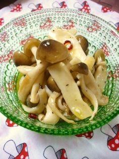 楽天が運営する楽天レシピ。ユーザーさんが投稿した「いろんなキノコで☆キノコのマリネ」のレシピページです。作りたてより、冷蔵庫でしっかり味を馴染ませるとホント美味しいです(→‿←ღ)。きのこマリネ。しめじ、エリンギ、えのき など合わせて,にんにく,輪切り赤唐辛子,塩,オリーブオイル,☆白ワインビネガー または 酢,☆オリーブオイル,☆塩,☆砂糖,☆ブラックペッパー Japanese Diet, Japanese House, Home Recipes, Asian Recipes, Ethnic Recipes, School Lunch, Bento, Tofu, Macaroni And Cheese