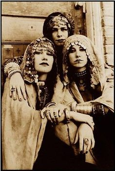 """Fortune tellers Jill Parker (director), Rachel Brice, & Rose Harden in Ultra Gypsy - the first """"tribal fusion"""" troupe. Boho Gypsy, Gypsy Look, Gypsy Style, Gypsy Chic, Bohemian Style, Boho Chic, Rachel Brice, Tribal Fusion, Des Femmes D Gitanes"""