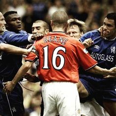 This man truly would of took on everyone! Roy Keane, what a legend. Football Icon, Retro Football, Football Memes, Football Soccer, Manchester United Team, Man Utd Fc, Roy Keane, Eric Cantona, Premier League Champions
