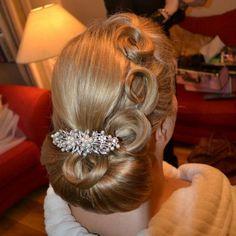 Laura wears Glitzy Secrets' Heirloom of Pearl Side Tiara Laura wears Pearls of Extravagance Large Ha 1940s Hairstyles, Braided Hairstyles Updo, Wedding Hairstyles, Bridal Hairstyle, Updos, 1940s Wedding Hair, Vintage Bridal Hair, High Bun Hair, Hair Buns