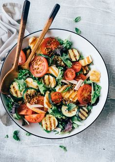 Grilled halloumi salad with zucchini - From Pauline& Kitchen - Do you ever eat halloumi? It is a cheese made from sheep and goat milk. It is quite an elastic stuf - Healthy Meals For Two, Healthy Cooking, Grilled Halloumi, Healthy Recepies, Clean Recipes, Food Photo, Zucchini, Food Inspiration, Healthy Recipes