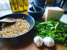 Köstliches Basilikum-Pesto! Selbst gemacht schmeckt auch das Pesto am Besten! Da ich meine Kräuter selber am Balkon anbaue, habe ich oft ziemlich viel Basili Parmesan Risotto, Pasta, Grains, Rice, Food, Diy Home Crafts, Asparagus, Lasagna, Balcony