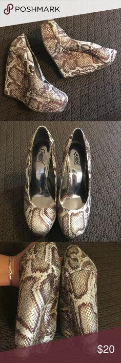 Carlos Santana Snake Print Heels 🐍👠 Carlos Santana Snake Print Heels 🐍👠 Very Good Condition/Smoke & Pet Free Home Carlos Santana Shoes Platforms