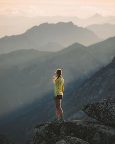Gifts For Trail Runners in Shoes, GPS, Accessories, Nutrition & More - Tag a friend that you would love to watch this sunrise with. Girl Running, Trail Running, Running Training, Art Chicano, Running Pictures, Running Images, Hiking Photography, Lady Photography, The Enchantments