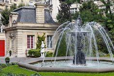 Saint James Paris Hotel'deki odalardan daha doğrusu villalardan biri Pavillon d'Amour'un bahçesi