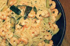 Spaghetti mit Garnelen und Zucchini Healthy Drinks, Healthy Foods, Healthy Recipes, Gnocchi, Soul Food, Hummus, Noodles, Dinner Ideas, Shrimp