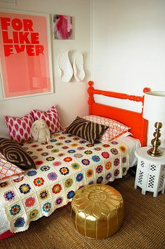 Love this room, especially the colour of the bed frame with the crocheted blanket. Inspiration for Munch!